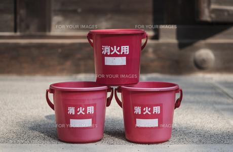 日本の防火水の赤いプラスチックバケツの写真素材 [FYI01226577]