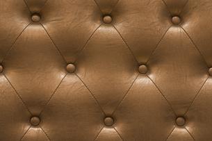 ゴールデンのヴィンテージ感のあるパッド型の革張りの質感の写真素材 [FYI01226589]