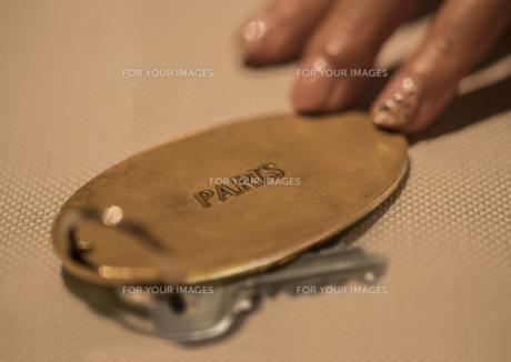 パリ、フランスの高級ホテルの部屋の鍵を持つ女性の手の写真素材 [FYI01226597]
