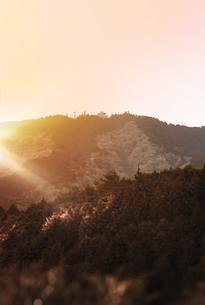 比叡山の夕日に赤く染まるガーデンミュージアム比叡のドームの写真素材 [FYI01226598]
