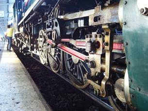 バンコク フワランポーン駅に停車する蒸気機関車の動輪の写真素材 [FYI01226634]