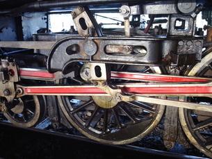 バンコク フワランポーン駅に停車する蒸気機関車の動輪の写真素材 [FYI01226635]