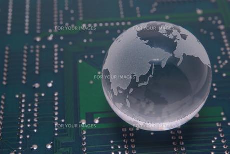 ガラスの地球と拡張ボードの基板の写真素材 [FYI01226674]