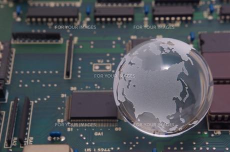 ガラスの地球と拡張ボードの基板の写真素材 [FYI01226675]