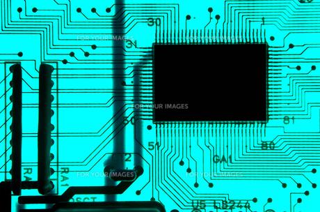 青色の基板の透過光クローズアップの写真素材 [FYI01226676]