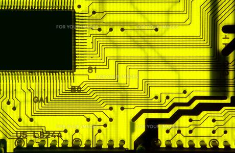 黄色い基板の透過光クローズアップの写真素材 [FYI01226677]