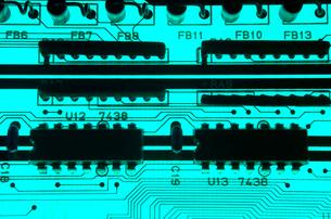 青色基板の透過光クローズアップの写真素材 [FYI01226678]