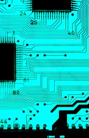 青色基板の透過光クローズアップの写真素材 [FYI01226679]