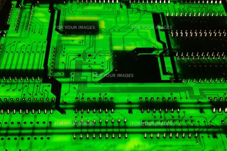 俯瞰でクローズアップ撮影した拡張ボード基板の裏面の写真素材 [FYI01226680]