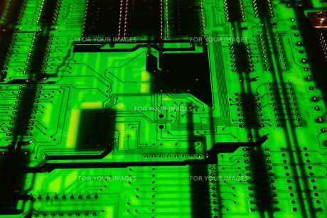 俯瞰でクローズアップ撮影した拡張ボード基板の裏面の写真素材 [FYI01226690]