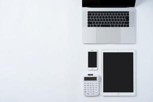 PCとiPhoneと計算機とiPad。俯瞰構図,白背景。の写真素材 [FYI01226710]