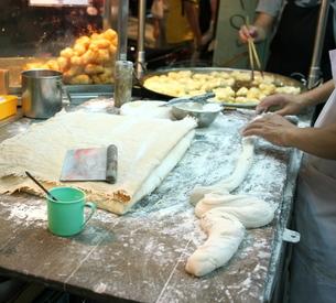 バンコクの中華街で販売されているパートンコーの写真素材 [FYI01226728]