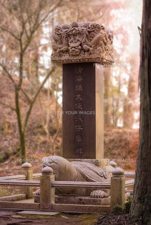 京都近くの比叡山に立つ延暦寺に朝鮮、中国、日本が共有する黄海貿易の勃興に9世紀に貢献した韓国軍人ジャンボゴの為の記念碑の写真素材 [FYI01226807]