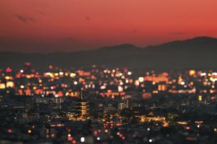 京都の赤い夕暮れに輝いている東寺の五重塔の写真素材 [FYI01226814]