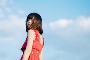 赤い服を着た女の子の写真素材 [FYI01226892]