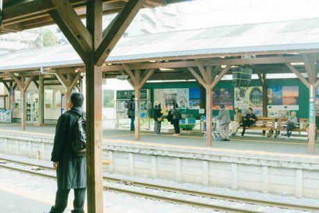 駅で待つ人の写真素材 [FYI01227018]