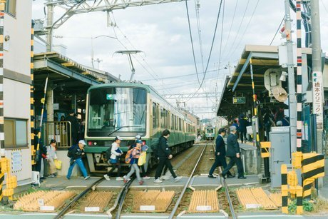 電車横断の写真素材 [FYI01227020]