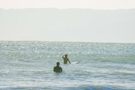 海とサーファー2の写真素材 [FYI01227088]