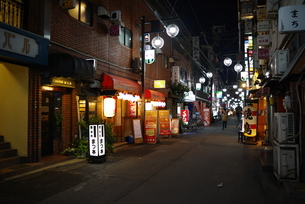 大阪 難波 楽座 夜の飲み屋街の写真素材 [FYI01227159]