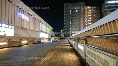 夜と駅と歩道の写真素材 [FYI01227305]