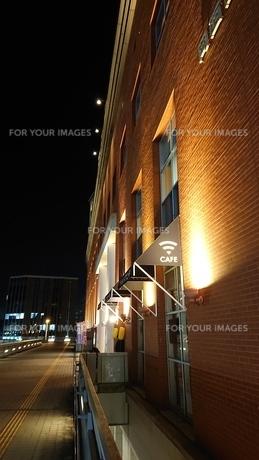 夜と歩道と壁の写真素材 [FYI01227307]