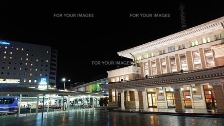 夜と駅と光の写真素材 [FYI01227308]