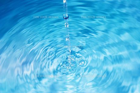 水が落ちている水面の写真素材 [FYI01227315]
