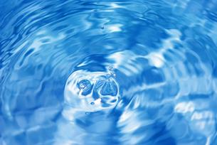 水滴が落ちた後の水面の写真素材 [FYI01227316]