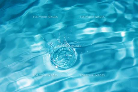 しずくが落ちた瞬間の水面の写真素材 [FYI01227318]