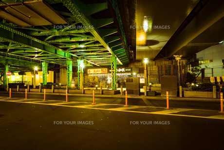 夜のガード下の写真素材 [FYI01227473]