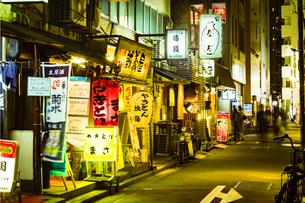新橋の飲食店街の写真素材 [FYI01227606]