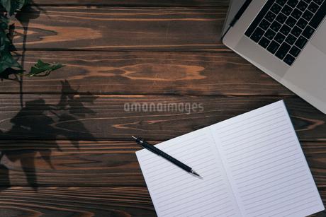 ノートとペンとPCのキーボードの写真素材 [FYI01227707]
