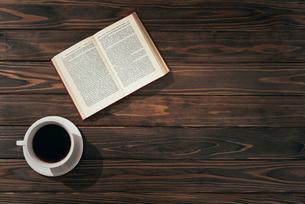 本とコーヒー。左寄せ。の写真素材 [FYI01227710]