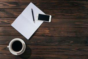 ノートとペンとiPhoneとコーヒー。影無しver左寄せ。の写真素材 [FYI01227711]
