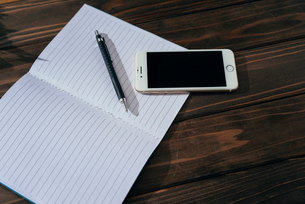 ノートとペンとiPhone。寄り。の写真素材 [FYI01227714]