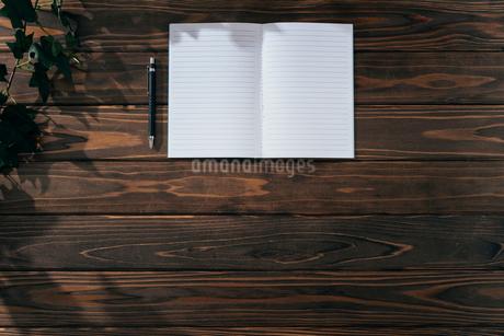 ノートとペン。上寄せ。木目の背景。の写真素材 [FYI01227718]