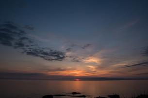静かな海に沈む夕陽の写真素材 [FYI01227734]