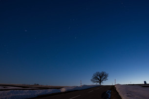 雪解けの丘と星空 美瑛町の写真素材 [FYI01227749]