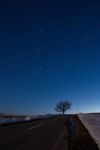 雪解けの丘と星空 美瑛町の写真素材 [FYI01227750]