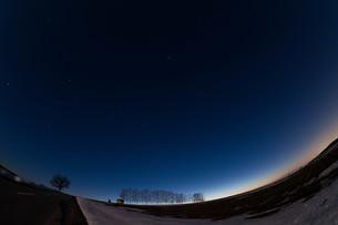 雪解けの丘と星空 美瑛町の写真素材 [FYI01227751]