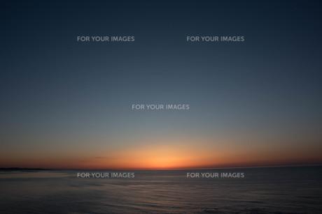 静かな海に沈む夕陽の写真素材 [FYI01227758]