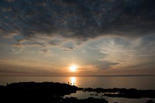 静かな海に沈む夕陽の写真素材 [FYI01227759]
