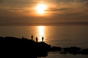 夕暮れの海と釣り人たちの写真素材 [FYI01227760]