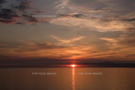 静かな海に沈む夕陽の写真素材 [FYI01227762]