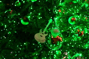 楽器屋さんのクリスマスツリーの写真素材 [FYI01227776]