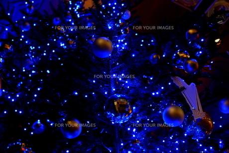 楽器屋さんのクリスマスツリーの写真素材 [FYI01227784]