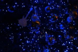 楽器屋さんのクリスマスツリーの写真素材 [FYI01227786]