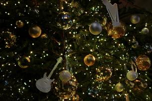 楽器屋さんのクリスマスツリーの写真素材 [FYI01227789]