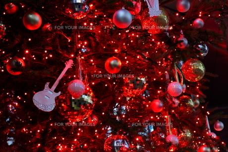 楽器屋さんのクリスマスツリーの写真素材 [FYI01227791]