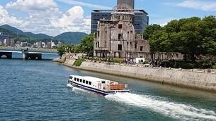 川と原爆ドームと船の写真素材 [FYI01227905]